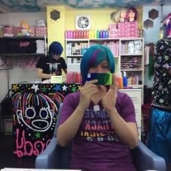 【マニパニ】下北沢の派手髪美容室でアトミックターコイズに染めてもらった