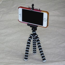 iPhoneを固定できるオススメの小型軽量三脚。700円でお手頃!