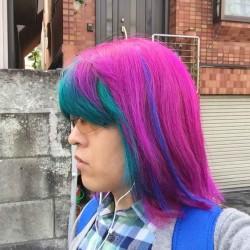 【派手髪】緑とピンクに染めて、青のエクステを付けてもらった【マニパニ】