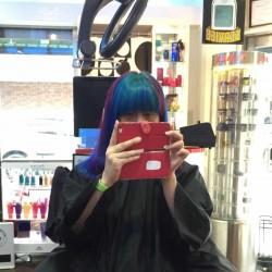 マニパニのヴァンパイアレッドとアフターミッドナイトで染めてもらった(rave Action and Hair! 高円寺店)